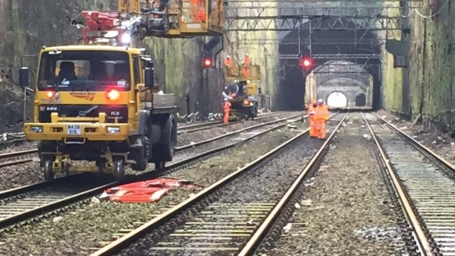 overhead-wires-repairs-in-the-cutting-approaching-liverpool-lime-street-station-1035x545